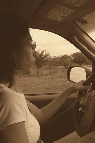 Mildred viaja y conduce. By Pedro C. La misma gente, el mismo sol: http://www.confidencial.com.ni/articulo/2795/la-misma-gente-el-mismo-sol