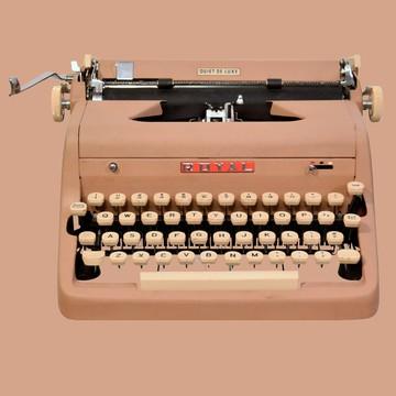 La máquina de escribir  Royal Quiet DeLuxe fue una de las mejores de su era, y rápidamente fue conocida como la máquina de los y las escritoras. Por ejemplo, Ernest Hemingway la prefería.