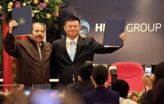 Daniel Ortega y Wang Jing tras firmar el acuerdo marco de la concesión canalera en Casa de los Pueblos. Photo by Diana Ulloa/Confidencial.com.ni