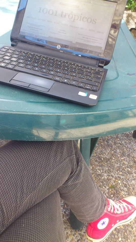 Esta es una posición (de muchas) para bloguea: una mesa, un ordenador (ahora lo podés hacer también desde tu teléfono), al aire libre... (los zapatos pueden variar). Photo by MLargaespada.