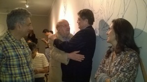 José Jorge Simán saluda a Ramírez Mercado. Aparecen también los escritores Róger Lindo y Jacinta Escudos.