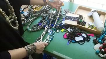 Collares fabricados con semillas de los árboles autóctonos de El Salvador, Centroamérica.