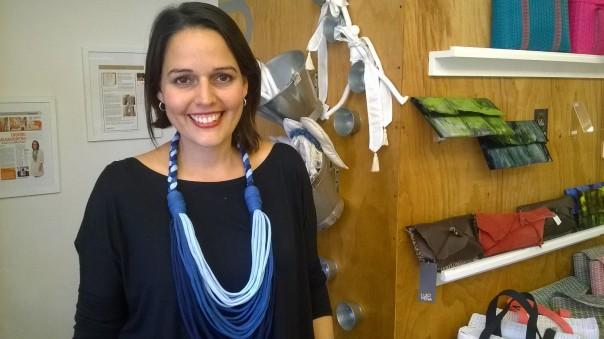 Lourdes Mena, artista plástica, diseñadora y creadora del proyecto Qmbo, diseño a guacaladas, en la tienda en El Salvador. Photo by MLM.