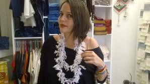 La diseñadora Lula Mena con uno de sus collares trenzados de algodón.