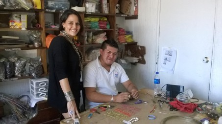 La diseñadora Lula Mena, con el artesano, Enrique, en el taller de Qumbo en San Salvador, El Salvador, Centroamérica.