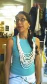 Aquí, modelando un collar tejido de algodón. By Qumbo.