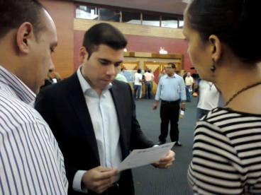 Mónica López Baltodano entrega la carta suscrita por ocho organizaciones sociales y ambientalistas de Nicargaua donde exigen que les entreguen información científica y técnica sobre el proyecto del canal interoceánico.