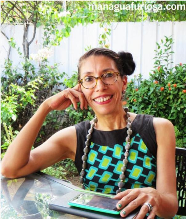 En cada una de las cuentas de mi largo collar están todas y todos los lectores del blog. Con esta foto ilustran la nota en ManaguaFuriosa.com. Mildred Largaespada by Roberto Guillén.