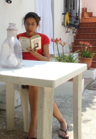 Celebrando los 100 años de Julio Cortázar, leyendo Rayuela. Photo by PCaldentey.