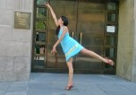 Pasaba por el Teatro Real, de Madrid, y me acordé de hacer mi sensacional arabesque en homenaje a todas las bailarinas de ballet del mundo, que pudieron vivir para bailar. Viva el ballet y viva la paz, no a la guerra y sí al amor!