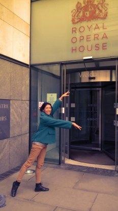 Les astronautas sueñan con ir a Marte y las bailarinas de ballet amateur sueñan con ir a The Royal Opera House, donde han bailado las mejores. Y fui. Cruzamos todo Londres con Penny O'Donnell hasta llegar a Covent Garden. No hice reverencia, pero ¡sí hice un arabesque! con más entusiasmo que técnica, es cierto debido al ropaje, aunque ya lo confirmará Raquel Valiente de Kostadinov, mi profesora de ballet. ¡Soy la bailarina de ballet aficionada más feliz del muuuuundo!!