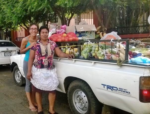 Aquí compartiendo foto con Julia Gaitán (Nicaragua, 1968). Ella es pequeña empresaria, vende verduras frescas.