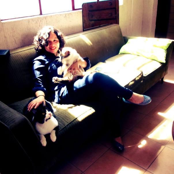 La poeta Elena Salamanca en su casa de México, con sus gatos.