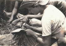 Gabriela Selser, en Puerto Cabezas, Nicaragua, escribiendo una crónica periodística, cuando ejercía de corresponsal de guerra en el diario Barricada. Photo by Mauricio Duarte.