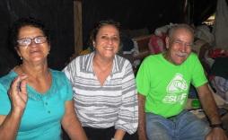 Gabriela Selser Ventura con sus padres, la familia que la acogió: Juan Ramón González y Francisca Aráuz.