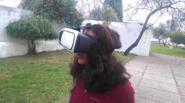 mildred-largaespada-experimentando-con-gafas-virtuales
