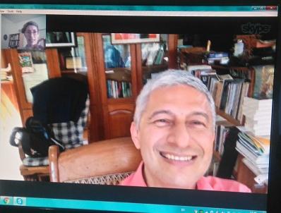 El escritor Francisco Bautista Lara conversa por videollamada con Mildred Largaespada, periodista.